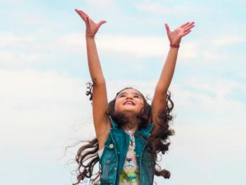 Fillette qui lève les bras au ciel