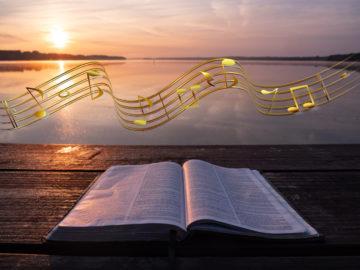 Photo d'une Bible avec arrière plan de coucher de soleil et notes de musique