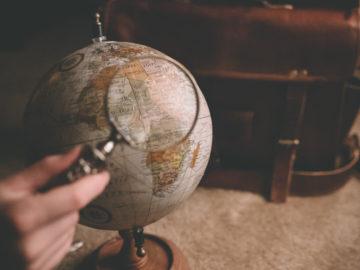 Globe regardé à la loupe